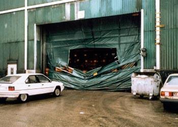 Скоростные ворота Конкурентов - механические повреждения транспортом.