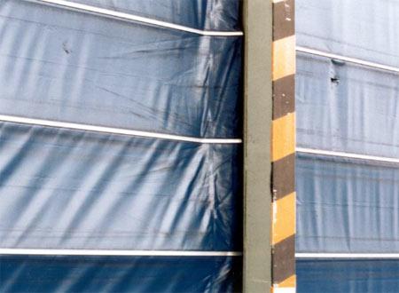 Скоростные ворота Конкурентов - механические повреждения ветром (низкая ветровая нагрузка).